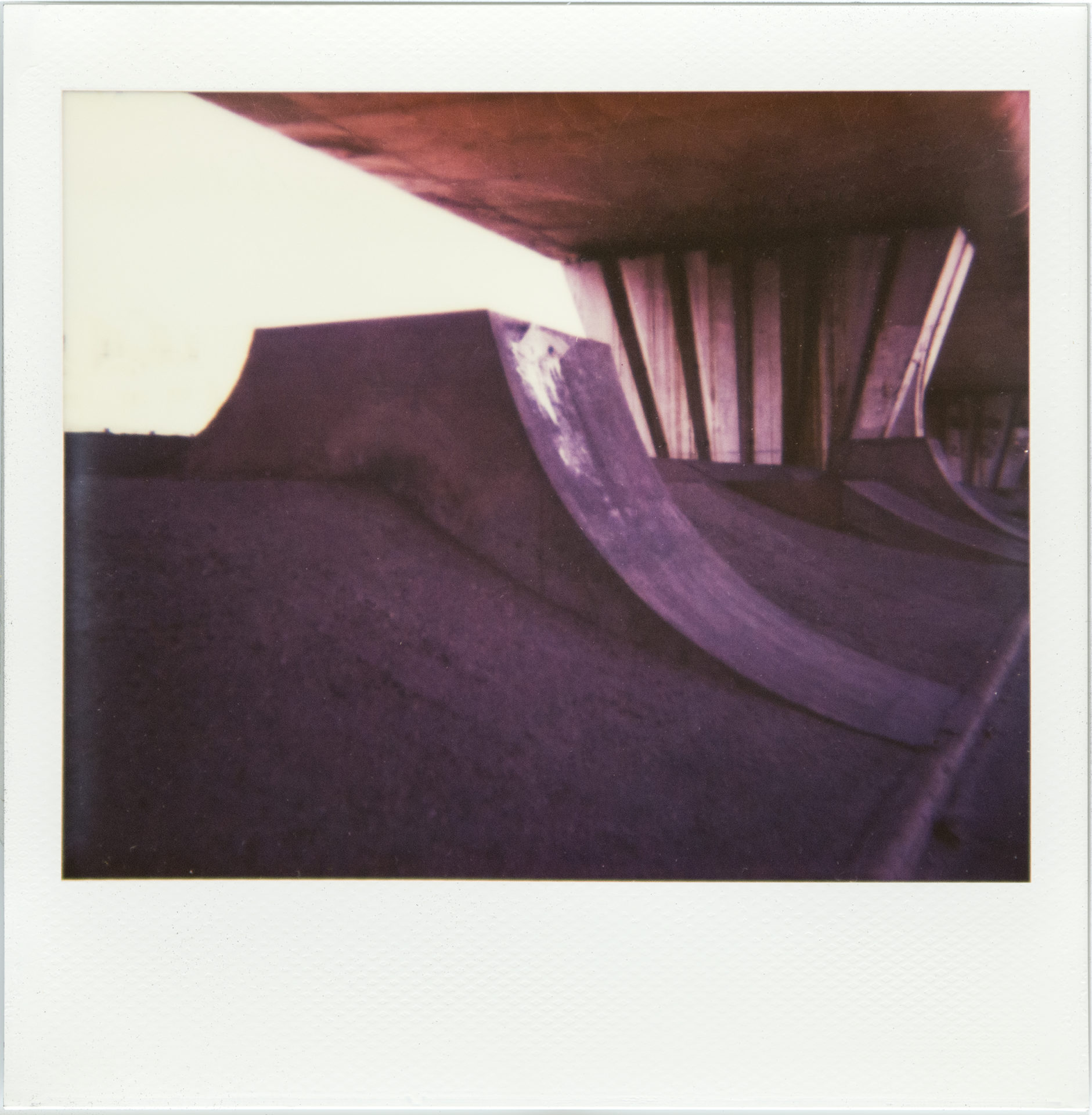 "Under the bridge (série ""Borderland""), Polaroid Impossible Spectra, tirage unique, 101 x 105 cm, 2018"